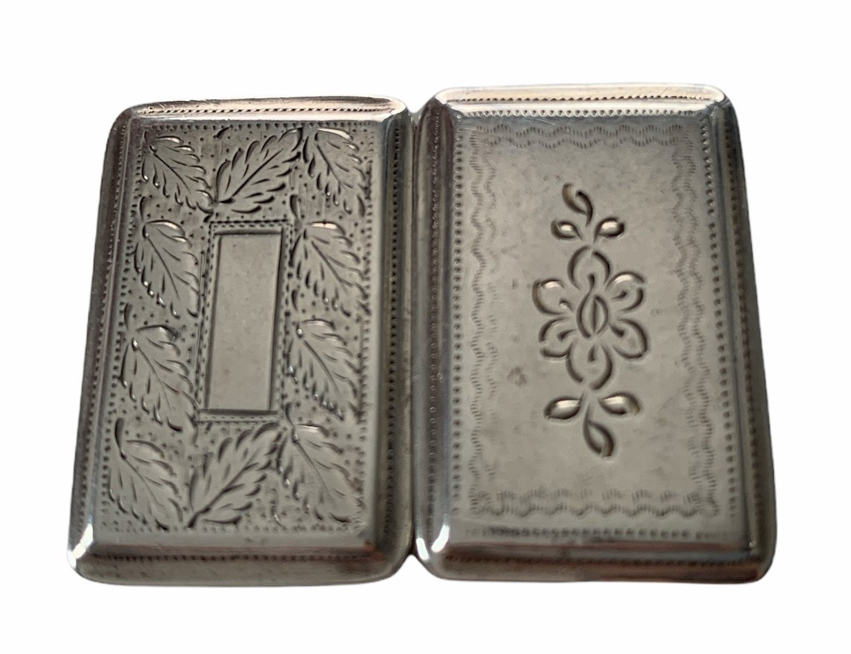 AN EARLY 19TH CENTURY BIRMINGHAM 1825 SILVER VINAIGRETTE Engraved with leaf decoration, the hinged - Image 4 of 4