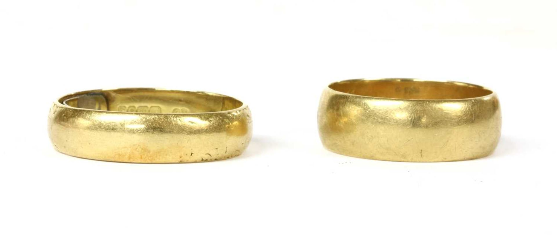 An 18ct gold 'D' section wedding ring,