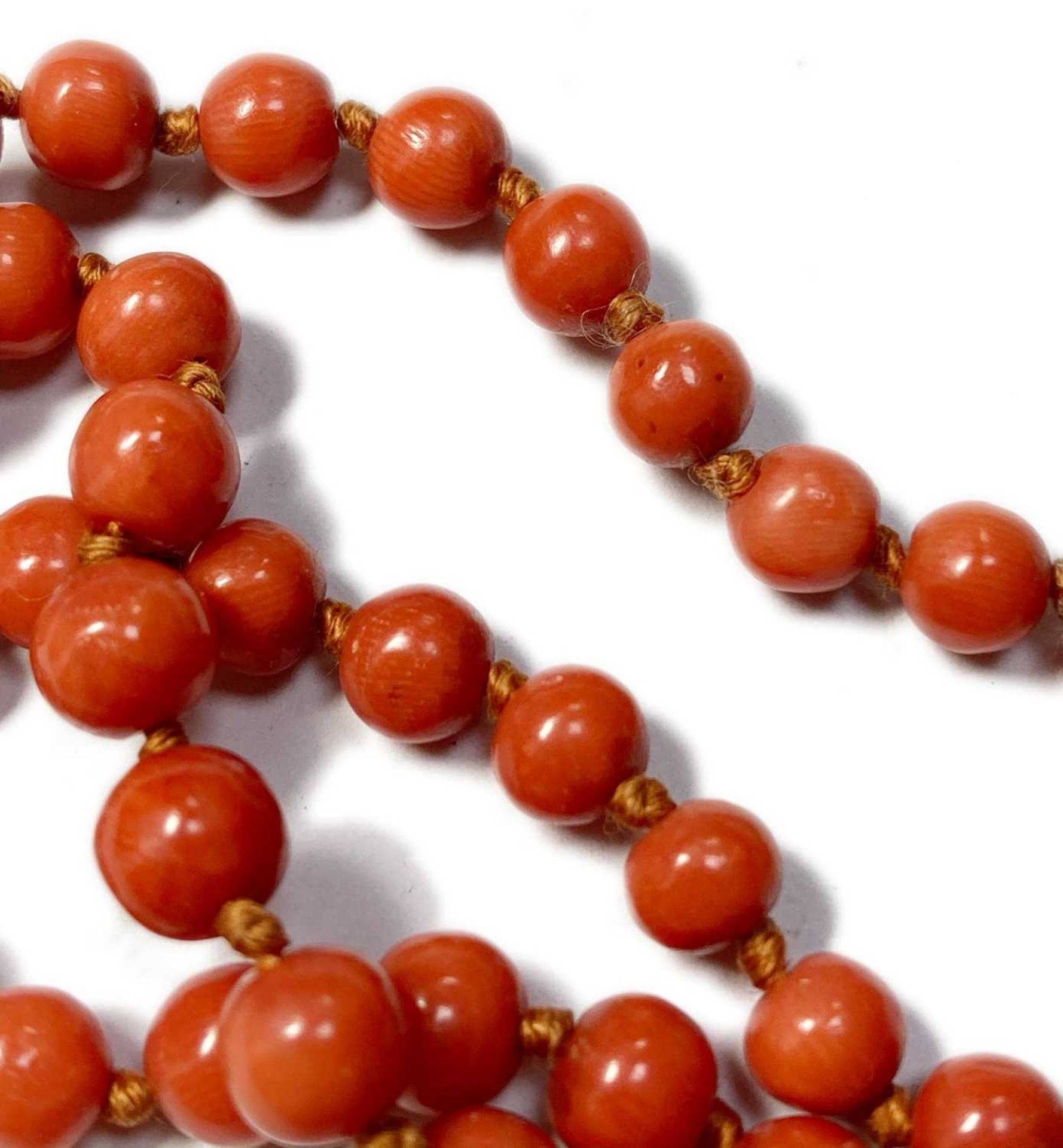 A single row graduated coral bead necklace, - Image 3 of 12