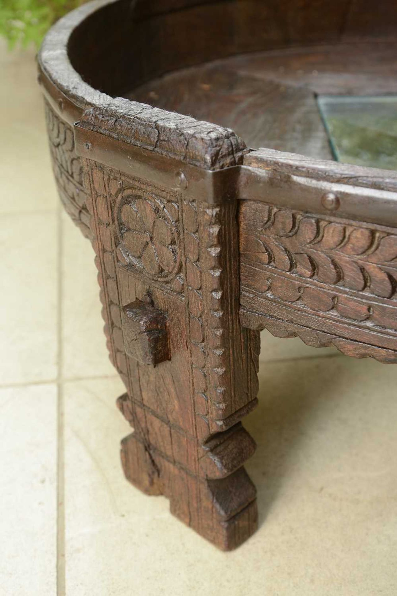 A rustic hardwood low coffee table, - Image 3 of 5