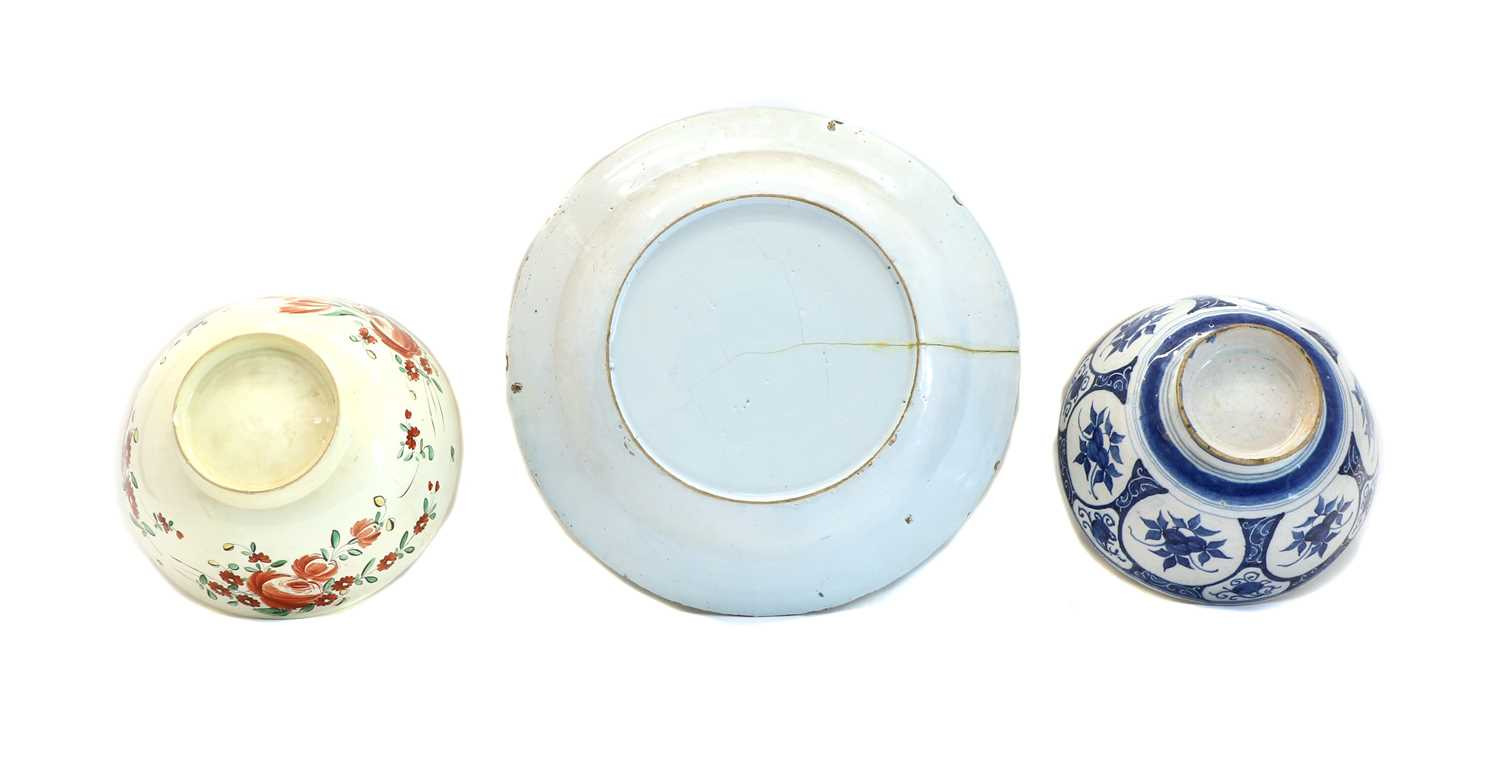 A Delft polychrome charger, - Image 2 of 5