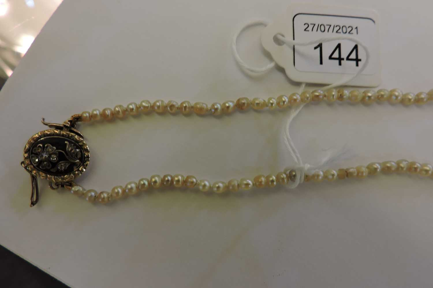A single row graduated pearl necklace, - Image 5 of 7