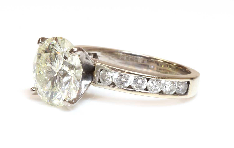 A single stone diamond ring, - Image 2 of 4