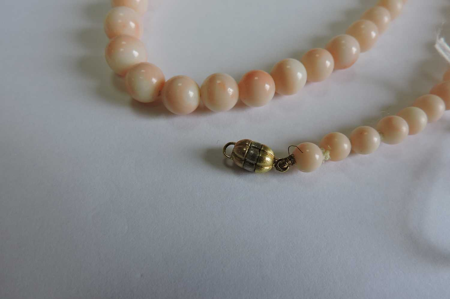 A single row graduated angel skin coral bead necklace, - Image 4 of 4