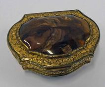 19TH CENTURY SCOTTISH AGATE MOUNTED SHAPED SNUFF BOX WITH ENGRAVED & GILDED DECORATION - 7 CM WIDE