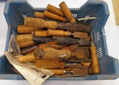 SELECTION OF WOOD CHISELS/TURNING TOOLS IN ONE BOX