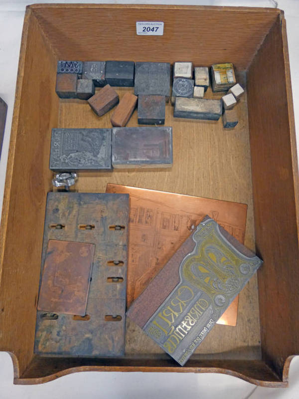 SELECTION OF WOODEN AND METAL PRINTING BLOCKS IN A WOODEN TRAY