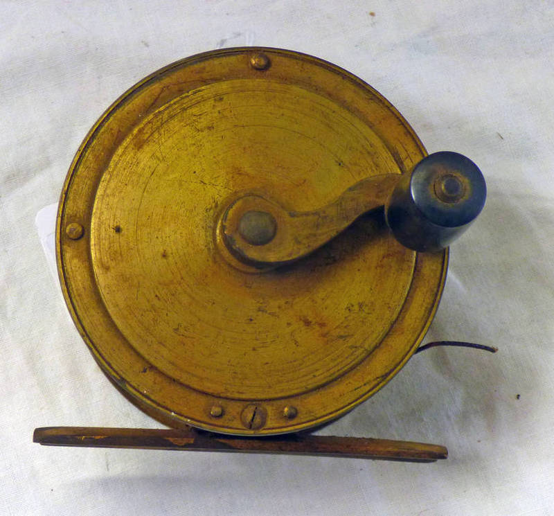 """UNMARKED 3 1/4"""" GILT METAL SIDE CRANK FISHING REEL Condition Report: Wear,"""