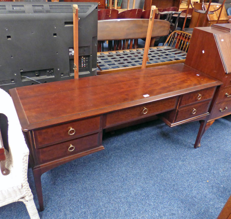 STAG MAHOGANY DRESSING TABLE Condition Report: No mirrors. Score and chip to top.