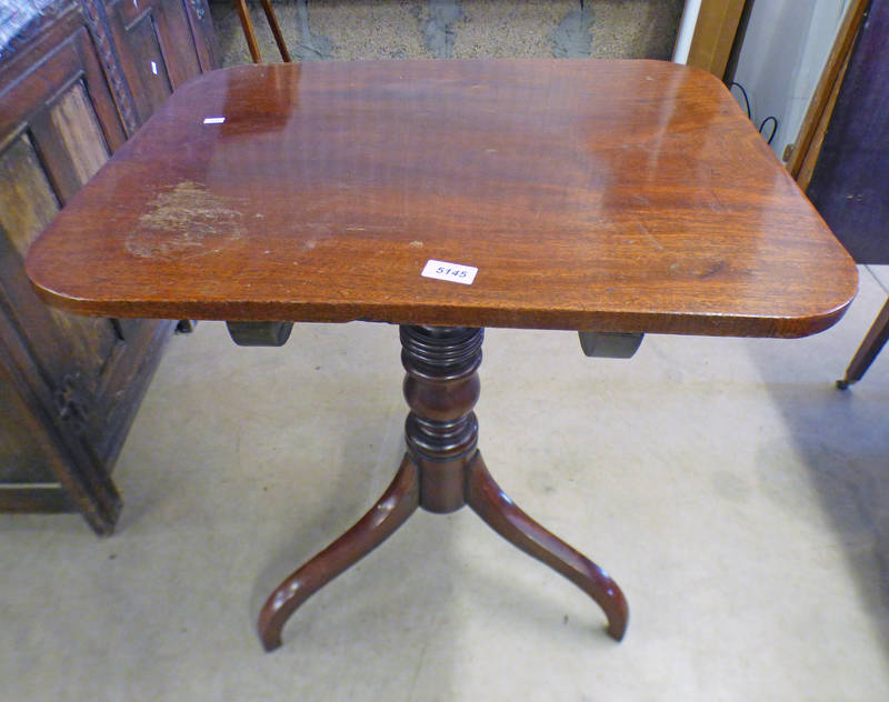19TH CENTURY MAHOGANY TIP-UP TABLE WITH CENTRE COLUMN & 3 SPREADING SUPPORTS,