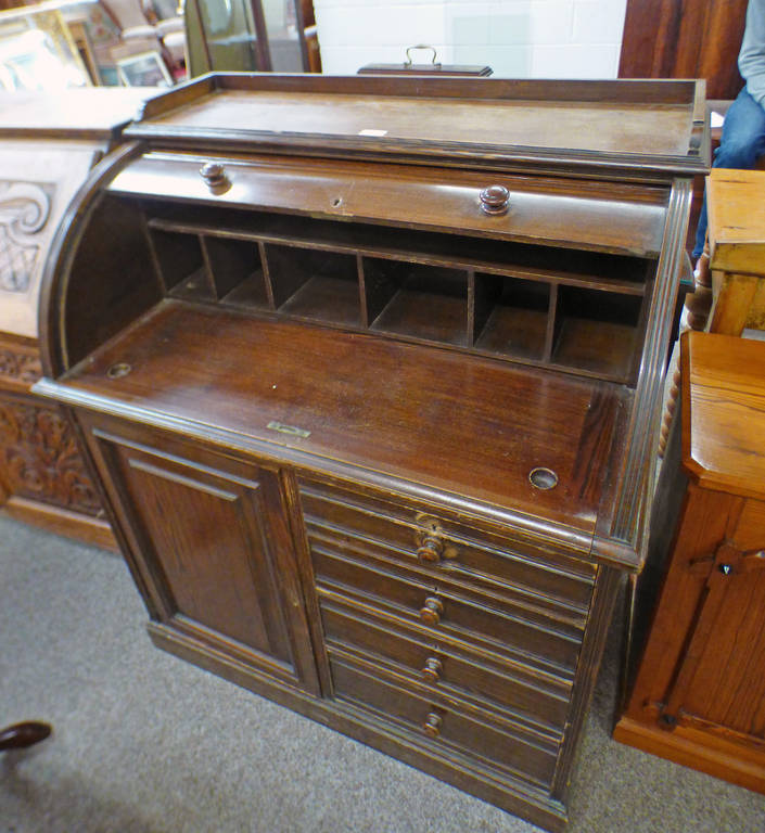 EARLY 20TH CENTURY OAK ROLL TOP DESK OVER BASE OF 4 DRAWERS AND SINGLE PANEL DOOR,