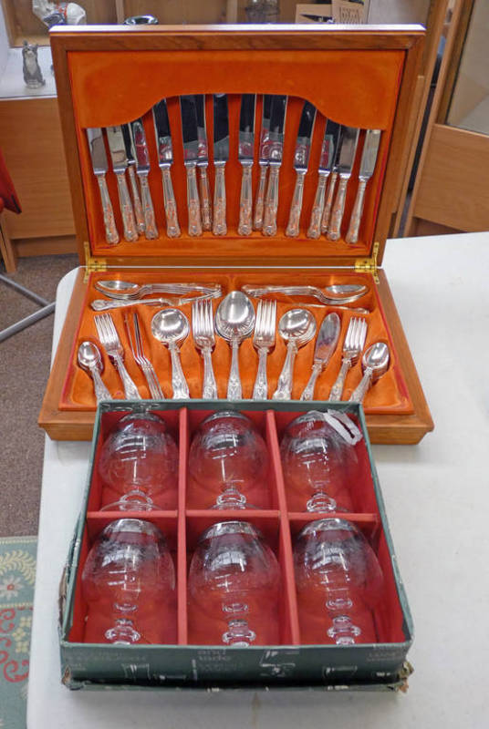 CASED SET OF 6 LAVORATO A MANO ENGRAVED GLASSES CASED,
