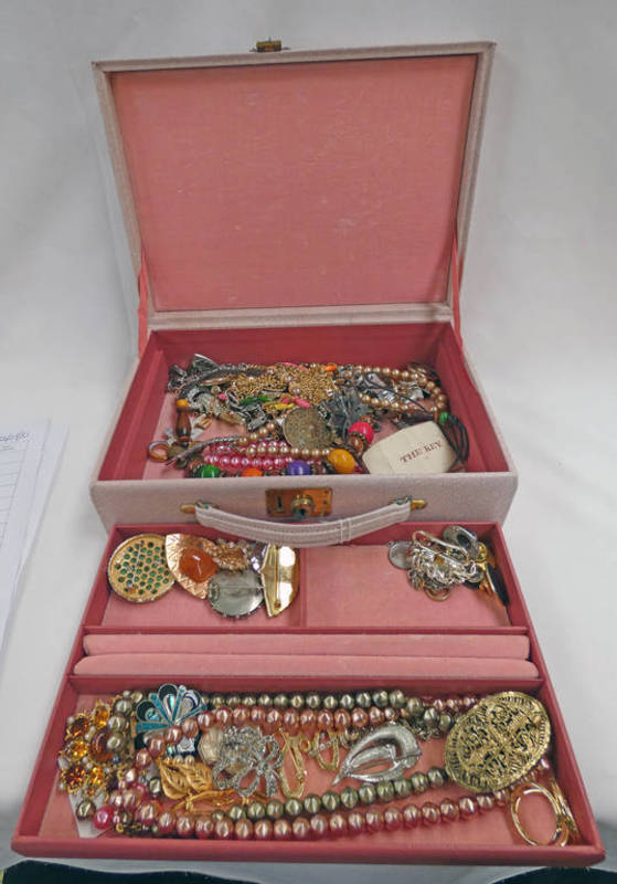 PINK JEWELLERY BOX & CONTENTS OF DECORATIVE JEWELLERY INCLUDING BROOCHES, NECKLACES, CHAIN,