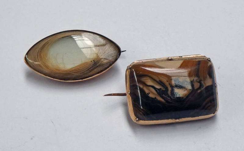 19TH CENTURY YELLOW METAL AGATE SET LOCKET BROOCH WITH HINGED TOP & 19TH CENTURY OVAL PANEL BROOCH