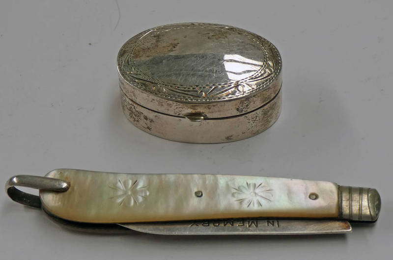 SILVER & MOTHER OF PEARL APPLE KNIFE WITH ENGRAVED DECORATION & A SCOTTISH SILVER OVAL PILL BOX