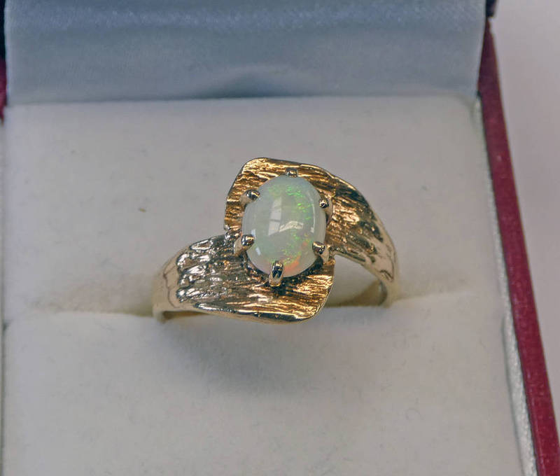 9CT GOLD OPAL TWIST RING Condition Report: Ring size: O.