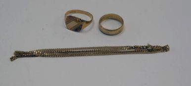 9CT GOLD SIGNET RING, 9CT GOLD WEDDING BAND & 9CT GOLD CHAIN - 8.