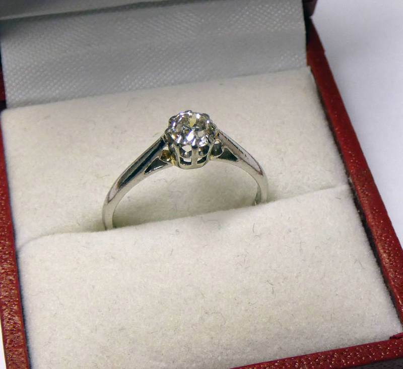 DIAMOND SOLITAIRE RING IN SETTING MARKED PLAT, THE DIAMOND OF APPROX. 0.