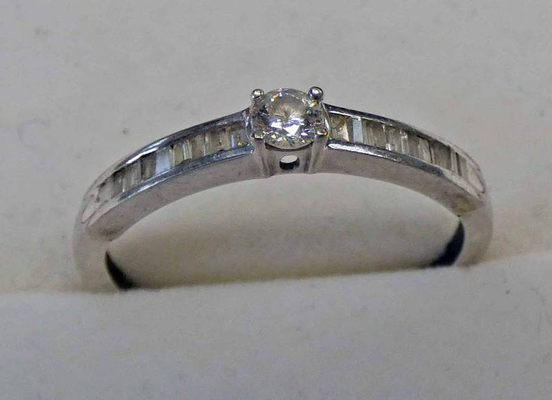 9CT GOLD DIAMOND SET RING, THE BRILLIANT CUT DIAMOND OF APPROX. 0.