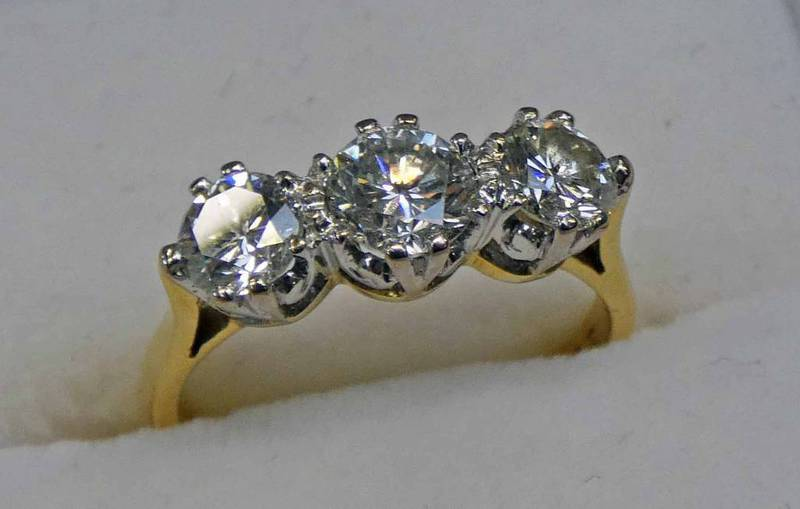 DIAMOND 3-STONE RING IN 18CT GOLD MOUNT, THE BRILLIANT-CUT DIAMONDS OF APPROX. 1.