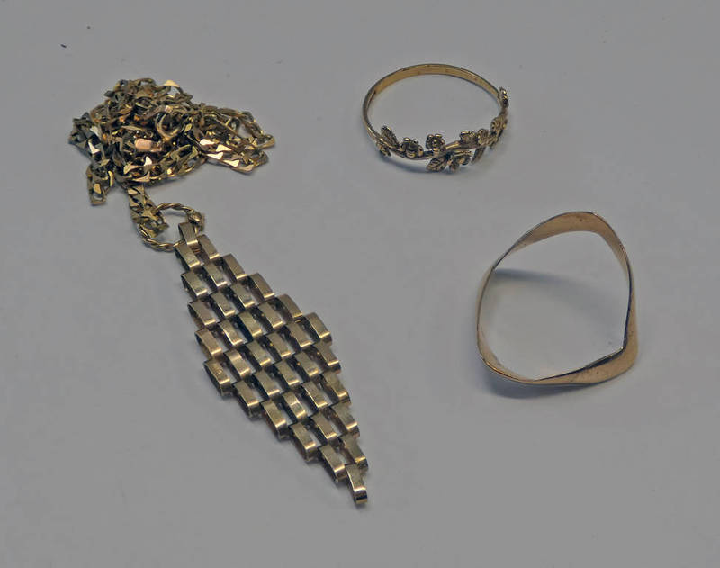 2 9CT GOLD RINGS & 9 CT GOLD PENDANT ON CHAIN - 7.