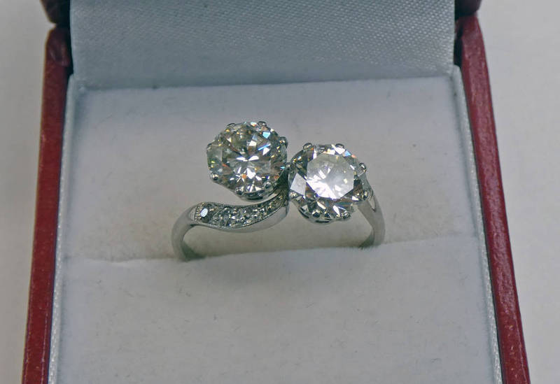 DIAMOND 2 STONE RING WITH DIAMOND SET SHOULDERS, THE SETTING MARKED PLAT, THE DIAMONDS APPROX. 2.