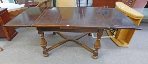 20TH CENTURY OAK EXTENDING DINING TABLE ON TURNED SUPPORTS,