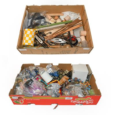 Assorted costume jewellery, bead necklaces, large quantity of loose beads in various colours,