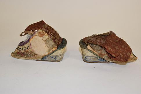 Two trays of Chinese and Japanese artifacts including soapstone carvings, one formed as a hen, a - Image 55 of 118