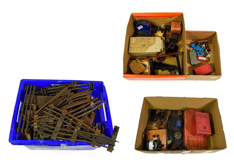 Hornby O Gauge Accessories No.7 Watchman's Hut with braisier, poker and shovel (boxed) assorted