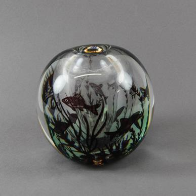 Edward Hald (1883-1980) For Orrefors Fiskgraal Glass Vase, with internal decoration of fish swimming - Image 2 of 3