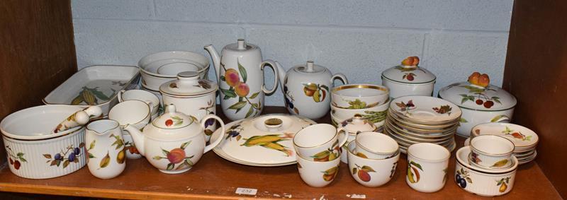 Quantity of Royal Worcester Evesham and Wild Harvest pattern dinner/tea wares