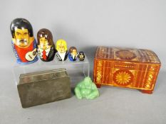 A mixed lot of collectables to include a Huikee Swatow pewter box with dragon decoration,