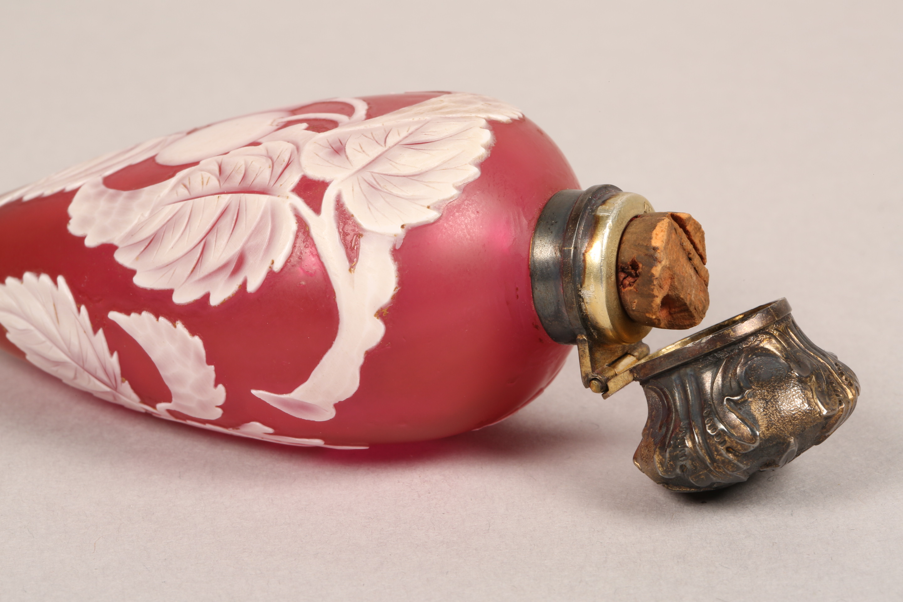 Thomas Webb red cameo glass scent bottle, unmarked white metal top, decorated with berries and - Image 7 of 8