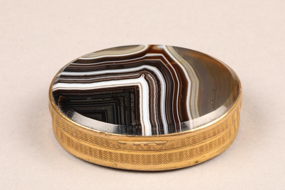 An agate snuff box, on yellow metal mount, diameter 6.5cm, height 2cm.