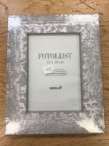 Nineteen Fotolijst 13 x 18 cm silvered wooden photo frames, all wrapped and brand new,