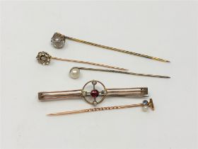 Gold brooches and pins including a 15ct gold pearl and sapphire example (5)