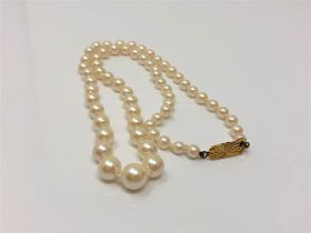 A single strand pearl necklace with 9ct gold clasp