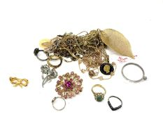 A small quantity of costume jewellery,