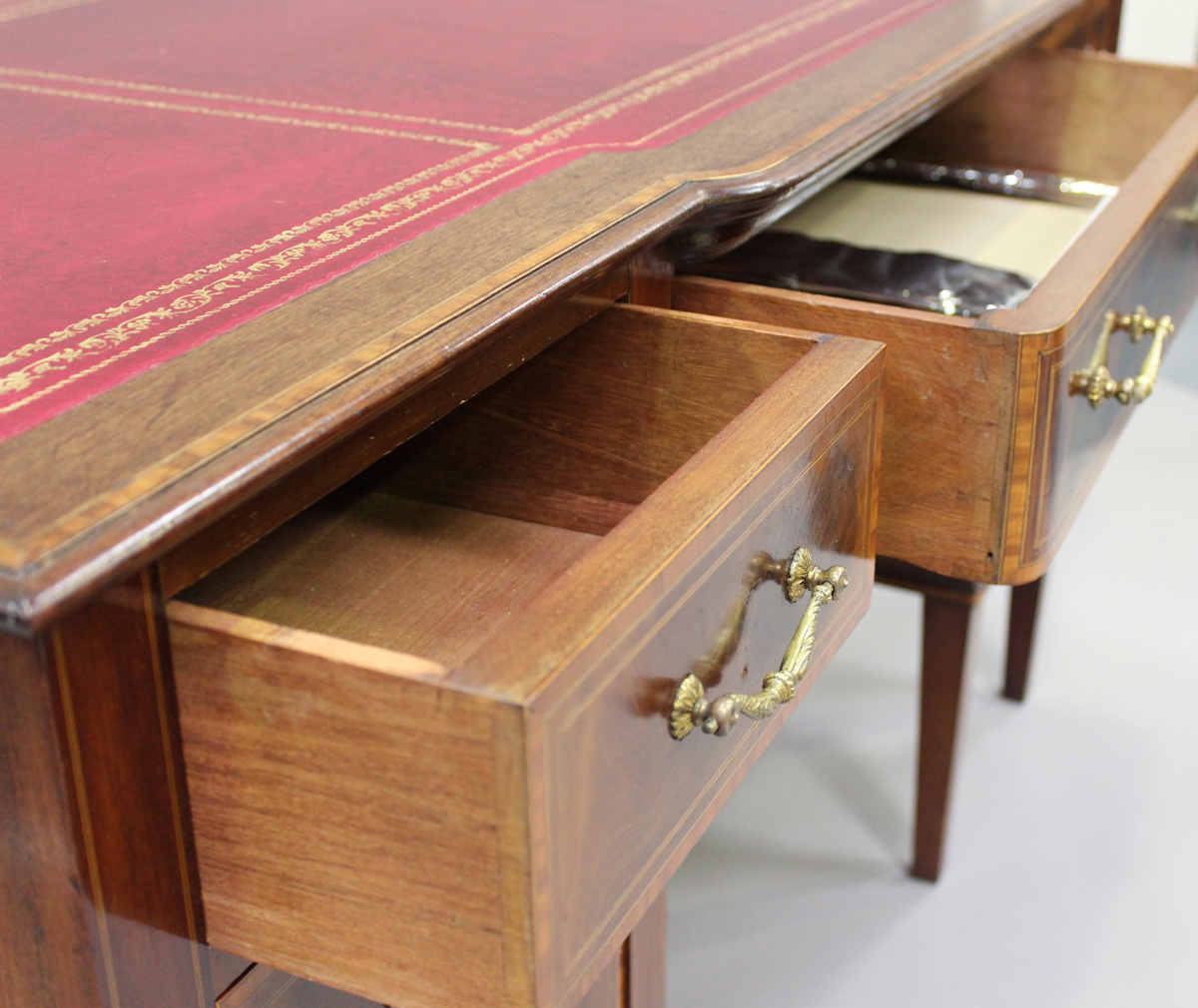 An Edwardian mahogany twin pedestal desk, fitted with seven drawers, height 77cm, width 137cm, depth - Image 5 of 7