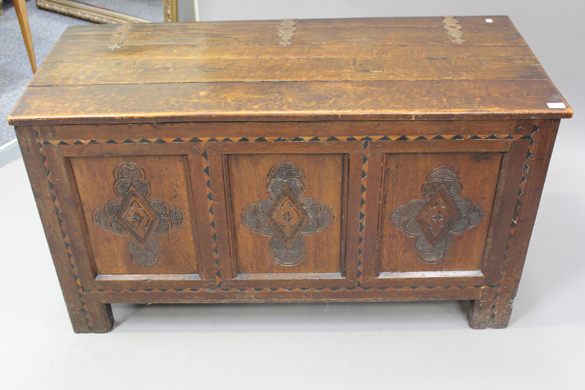 An early 18th century oak coffer with inlaid borders, the hinged lid above a triple panel front with - Image 6 of 6