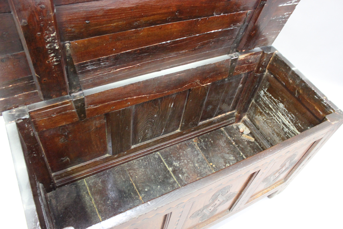 An early 18th century oak coffer with inlaid borders, the hinged lid above a triple panel front with - Image 5 of 6