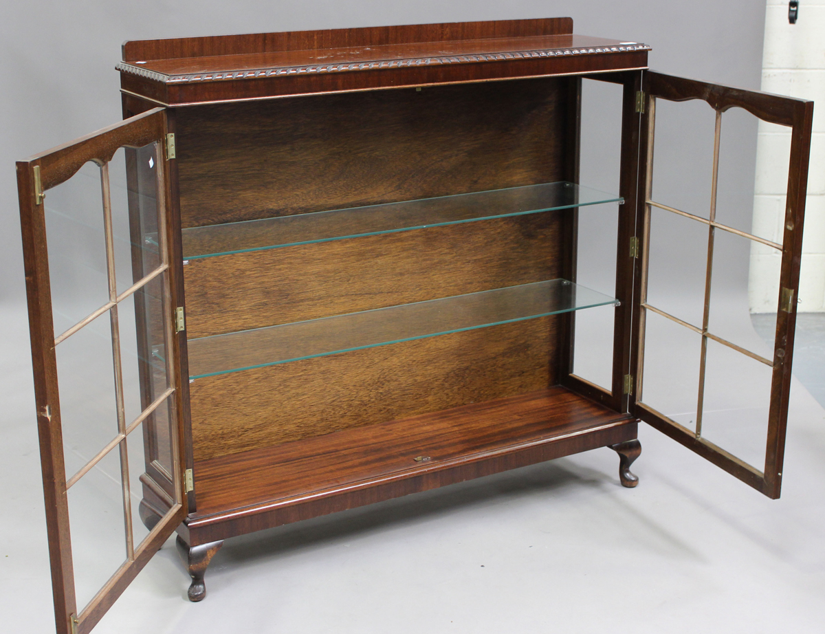 A George V mahogany display cabinet, on cabriole legs, height 120cm, width 123cm, depth 32cm.Buyer's - Image 2 of 7