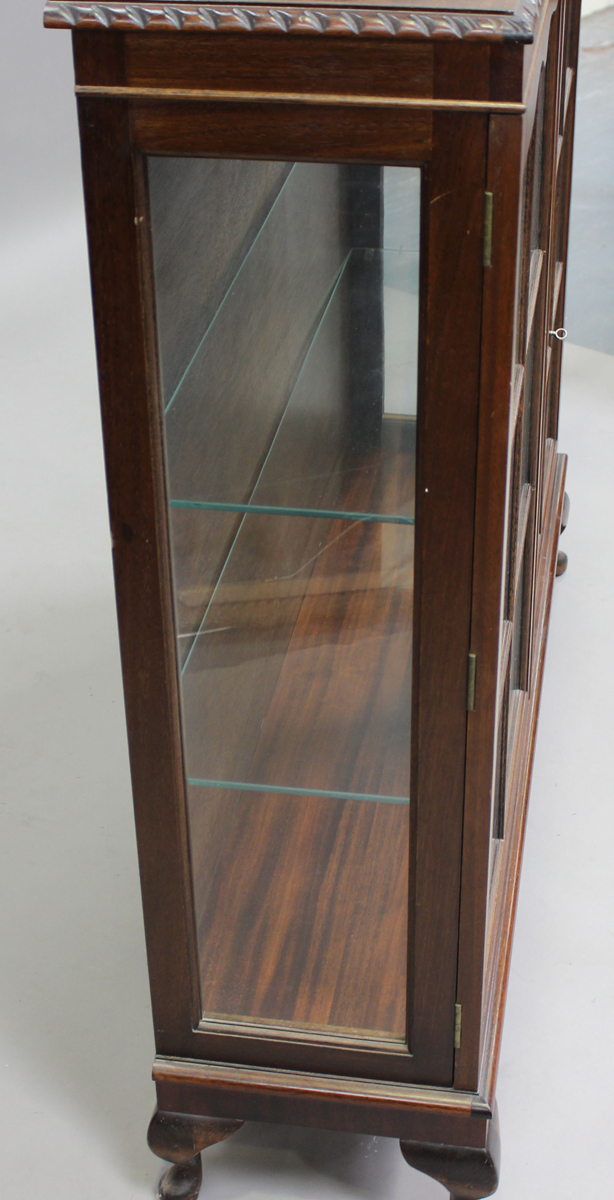 A George V mahogany display cabinet, on cabriole legs, height 120cm, width 123cm, depth 32cm.Buyer's - Image 4 of 7