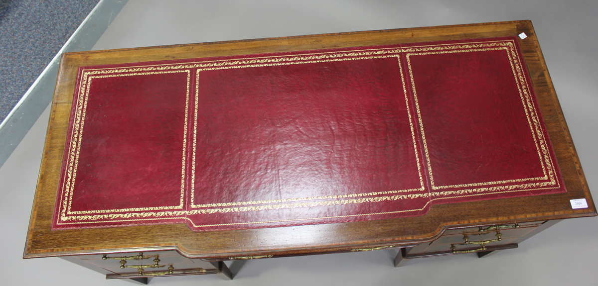 An Edwardian mahogany twin pedestal desk, fitted with seven drawers, height 77cm, width 137cm, depth - Image 7 of 7
