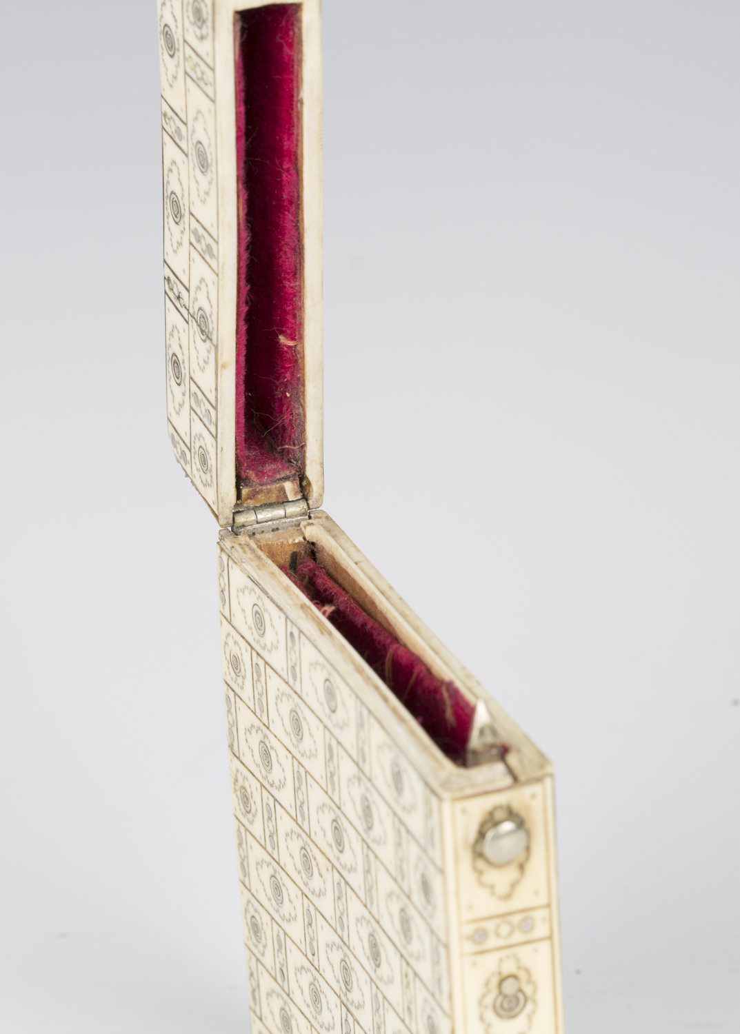 A 19th century ivory and piqué inlaid visiting card case, engraved with an overall brickwork effect, - Image 4 of 5