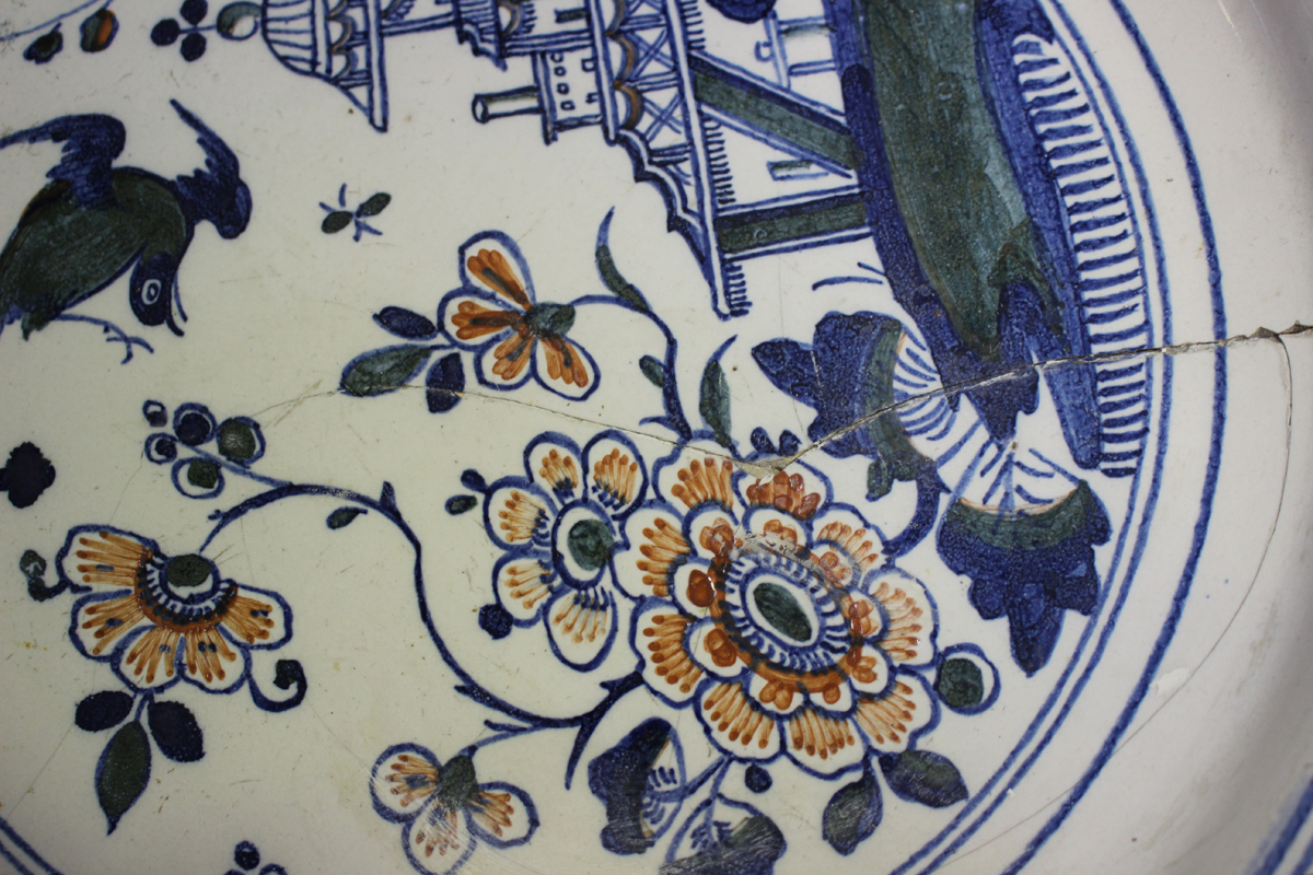 An English Delft charger, Bristol, 18th century, painted in blue, green and red with a chinoiserie - Image 5 of 7