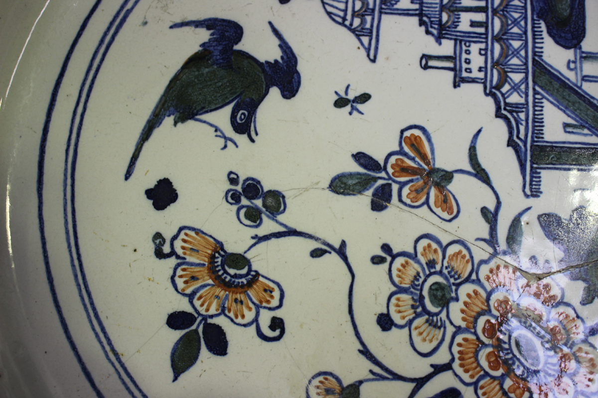 An English Delft charger, Bristol, 18th century, painted in blue, green and red with a chinoiserie - Image 4 of 7