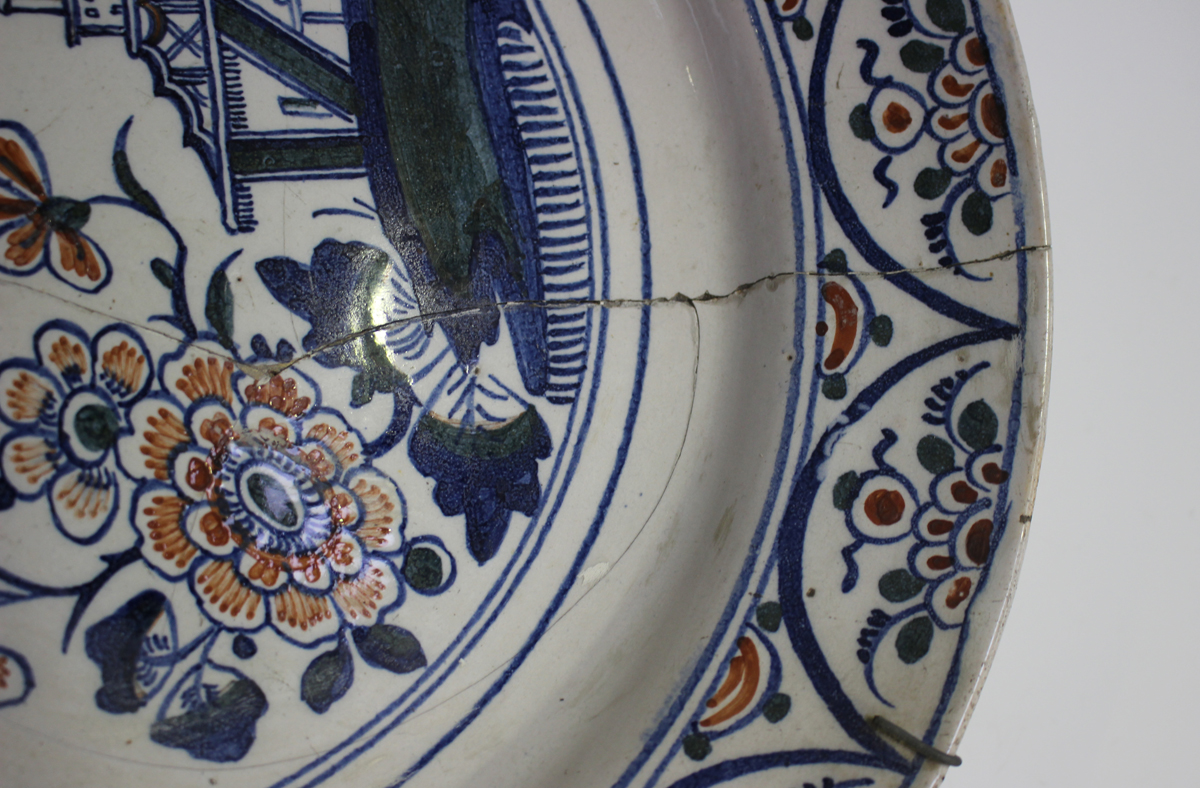An English Delft charger, Bristol, 18th century, painted in blue, green and red with a chinoiserie - Image 6 of 7