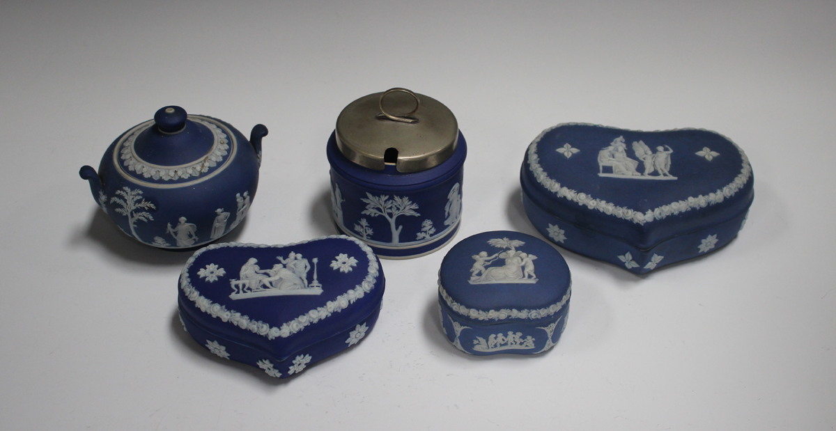 Five pieces of Wedgwood blue and blue dip jasperware, 20th century, comprising three boxes and